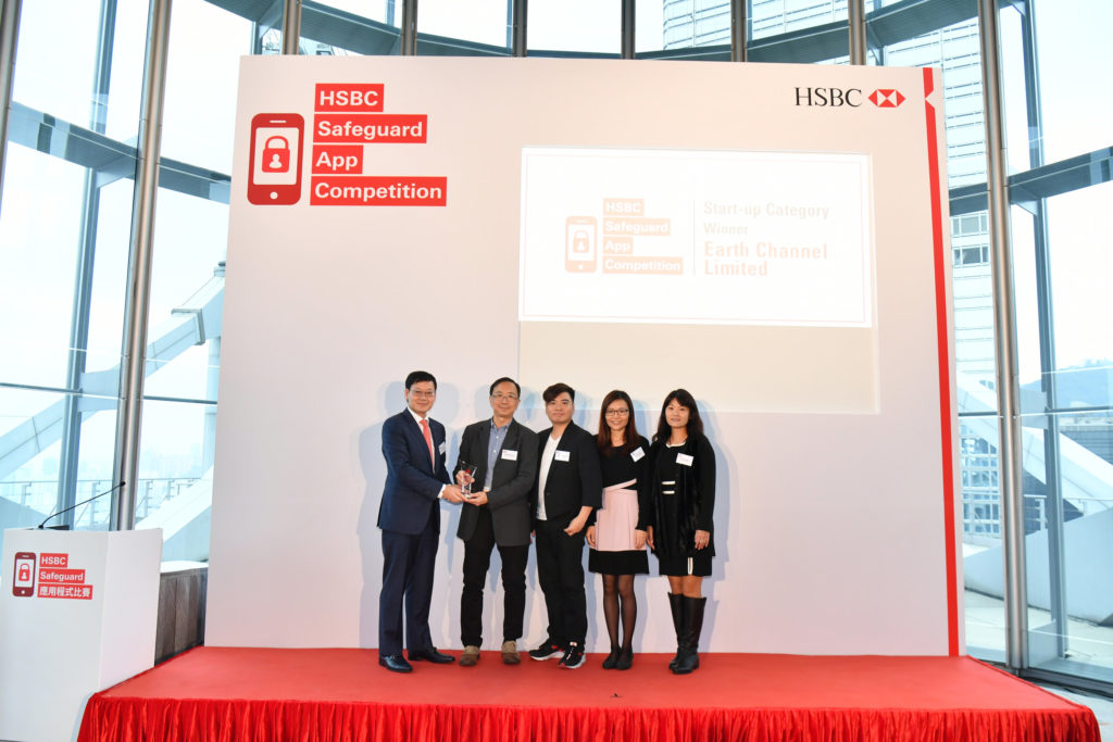 Mr Li Shu-pui, JP, Executive Director (Financial Infrastructure), Hong Kong Monetary Authority presented the prize to the winner of the Start-up Category – Earth Channel Limited